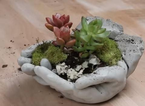 Kvetináč v tvare rúk