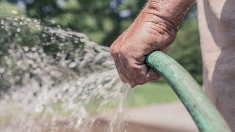 ako polievať trávnik