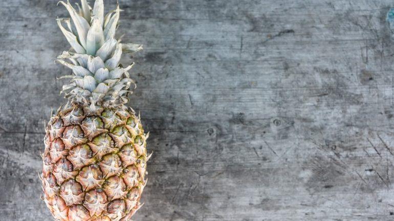 Nevyhadzujte vrchnú časť ananásu