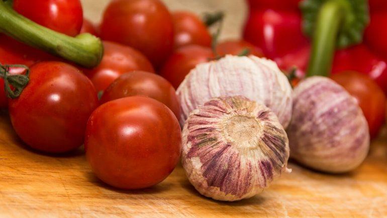 recept na paradajky s cesnakom