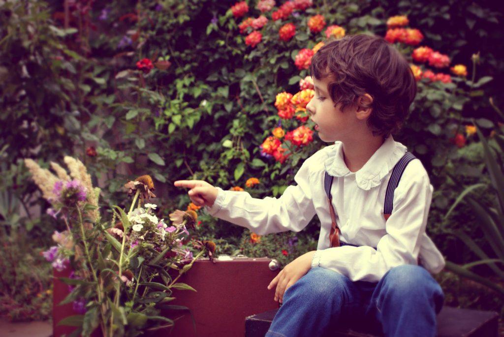 dieťa v záhrade