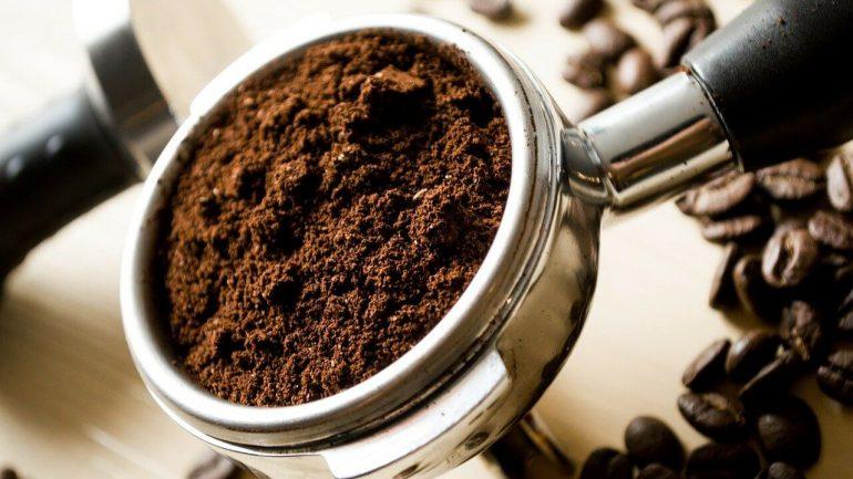 Aká je pravda o používaní mletej kávy vo vašej záhrade?