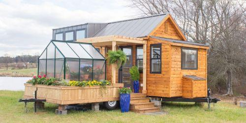 Malý dom so skleníkom.