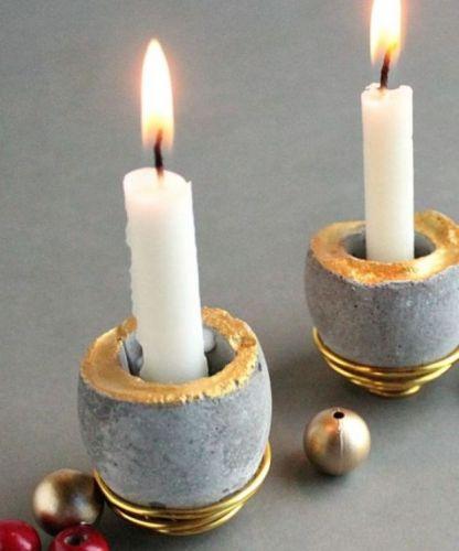Svietniky z betónu, pri ktorého výrobe sa využili škrupiny vajíčok.